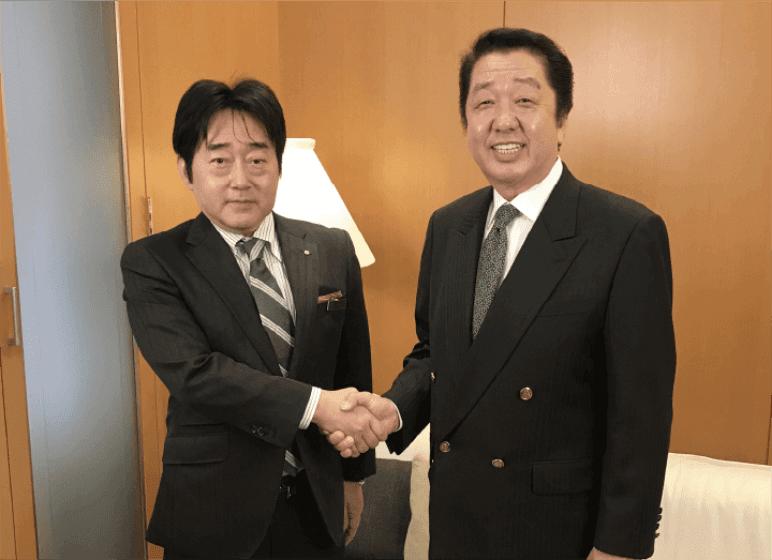 握手をする松屋銀座外商部 岩本氏とJCCショップ代表取締役 菊地
